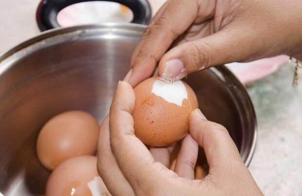 Яйцо будет чиститься проще, если перед отвариванием проткнуть его иглой / Фото: media4.s-nbcnews.com