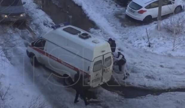 В Новотроицке прохожие вызволили застрявшую в колее скорую
