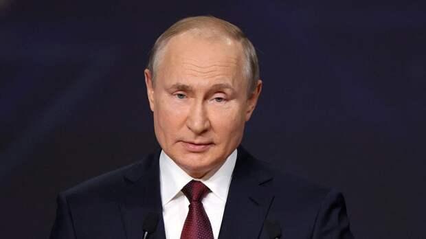 Путин в День России посетил выставку, посвященную 800-летию Невского
