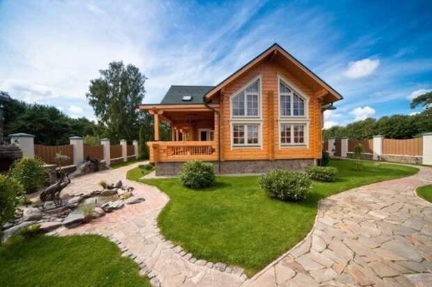 Легкий и традиционный деревянный дом из клееного бруса с небольшой террасой