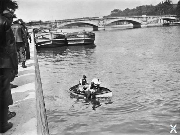 Спасатели работают в центре Парижа, 1...