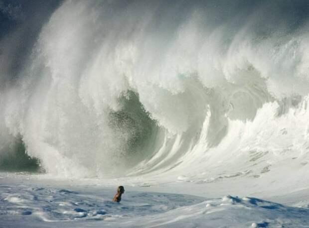 Огромная волна и человек
