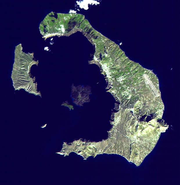 Кальдера, образовавшаяся в результате извержения.