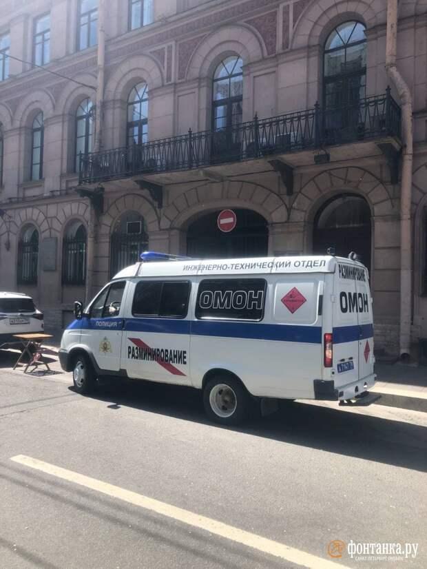 Одинокий чемодан заблокировал часть Караванной улицы в Петербурге
