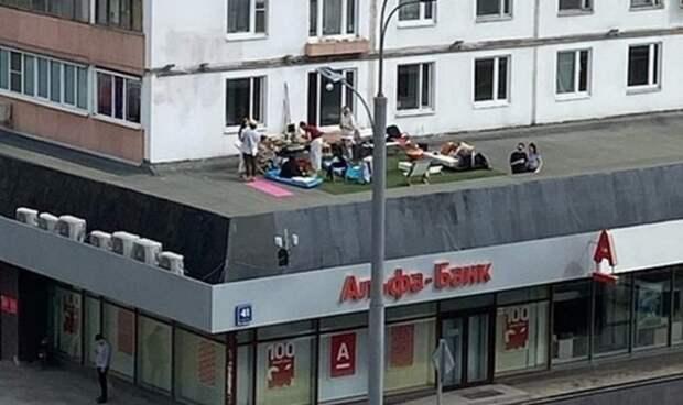 Отдыхающих на крыше банка москвичей арестовала полиция