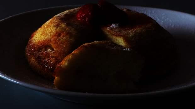 Фото к рецепту: Манный пудинг с яблоками