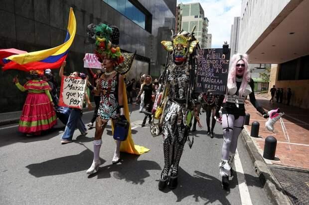 Танцы, музыка и перформанс на лицах Колумбии в протестахпротив насилия и жестокости полиции