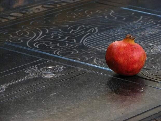 Плоды граната для королевы: зачем их приносят на могилу Екатерины Арагонской