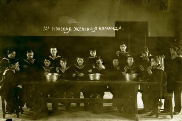 Обед в Морской женской команде. /Фото: proexpress.com.ua