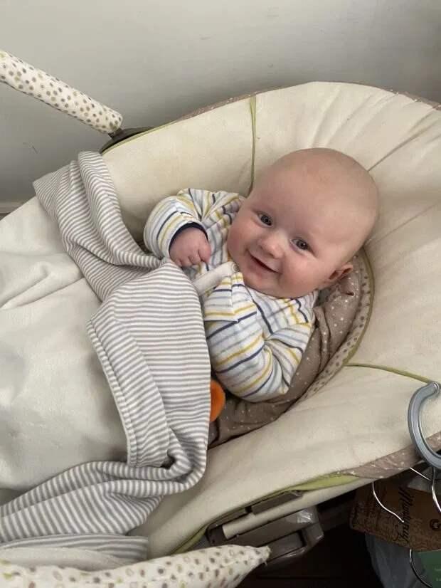 Мать покормила сына грудью после нанесения автозагара и рассмешила пользователей соцсетей
