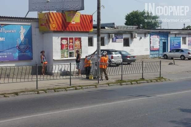 Что происходит в Севастополе? Люди в оранжевых жилетах облепили столбы (фото)