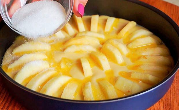 Пирог «3 яблока»: раскладываем яблоки в форме, заливаем тестом и ждем