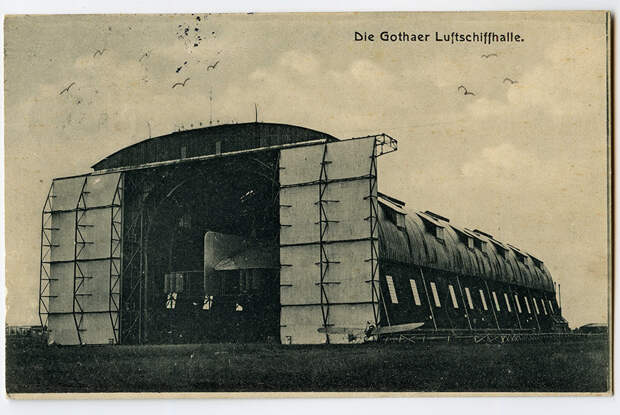 Германский цеппелин в эллинге. Справа небольшой аэроплан. Немецкая открытка 1915 года