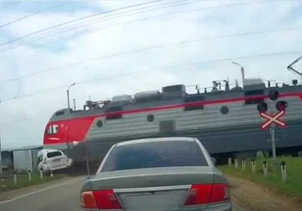 Самоубийственный рывок. Джип - Поезд - 0:1: смертельно ДТП на железнодорожном переезде