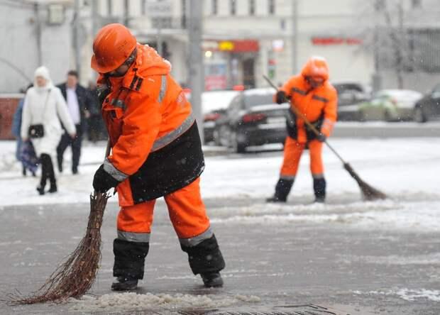 Коммунальщики очистили от снега путь к переходу на 2-й улице Марьиной рощи