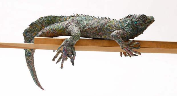 Японская художница создает скульптуры животных из макулатуры