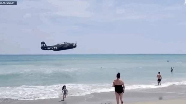 Во Флориде самолет времен ВОВ экстренно сел на воду