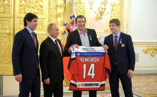 Овечкин и Фетисов побывали на праздновании Дня российского флага в Москве