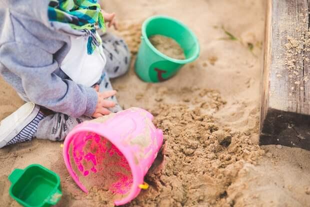 С детской площадки на улице Чичерина убрали лишний песок