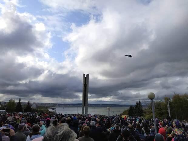 Жителям Ижевска продемонстрировали фигуры высшего пилотажа над акваторией пруда