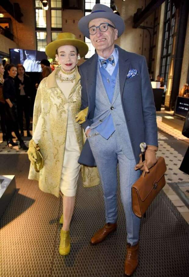 Пожилая пара из Германии одевается так стильно, будто собирается на королевский прием