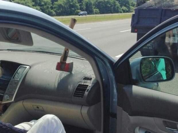 Незакрепленный топор влетел в ветровое стекло автомобиля на скорости 100 км/ч