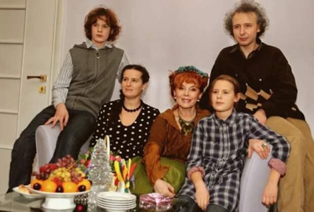 Семья Клары Новиковой: как сейчас живёт известная артистка