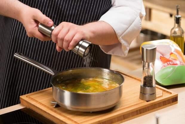 Как удалить нагар с противня, спасти пересоленное блюдо и другие кухонные лайфхаки
