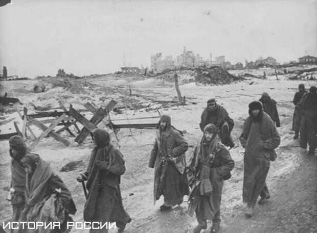 Итальянские и немецкие пленные выходят из Сталинграда