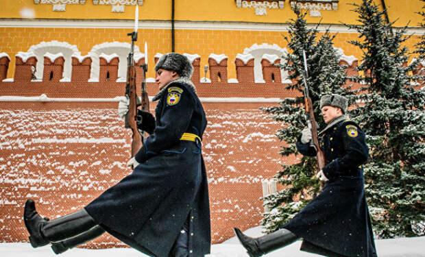 Почетный караул у Кремля не замерзает даже в минус 30: солдатам помогает плитка