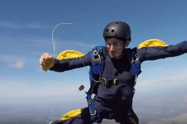 Падение в бездну: парашютист случайно отцепил оба парашюта