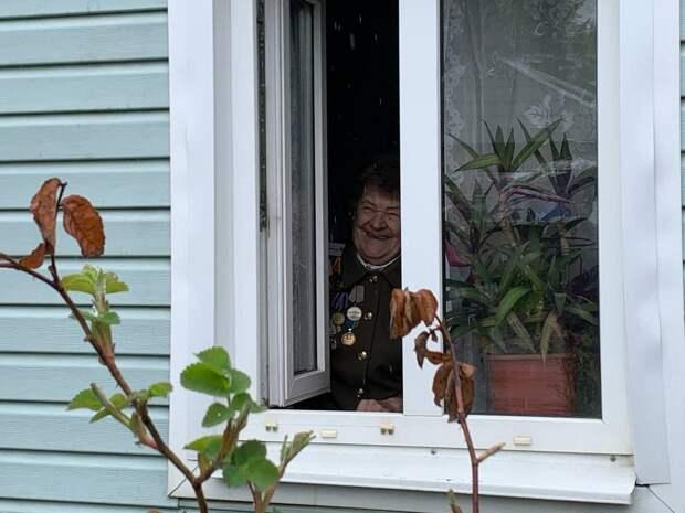 Под окнами тамбовских ветеранов спели военные песни