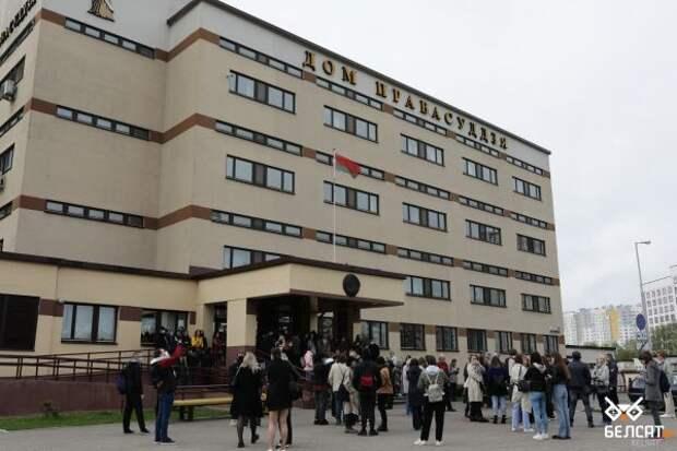 Дипломаты изЕС собрались прийти насуд вМинске, ноихтуда непустили