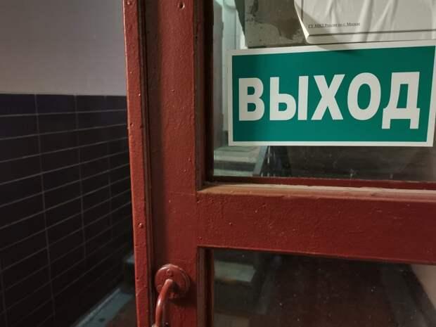 В доме по улице Советской Армии привели в порядок входную дверь