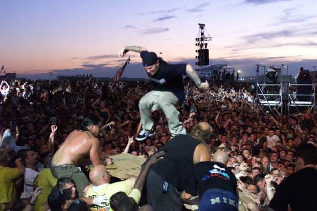 """А выступление Limp Bizkit стало началом погрома. Во время исполнения Break Stuff (""""Разнести эту дрянь""""), Фред Дерст крикнул толпе """"здесь нет правил!"""", и люди начали буквально разносить всё вокруг. 90-е, Вспомним, Фестиваль, вудсток, музыка, рок, трэш, фото"""