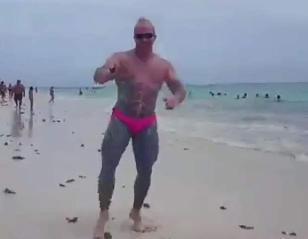 Российский бодибилдер в розовых трусах повторил танец итальянского миллионера