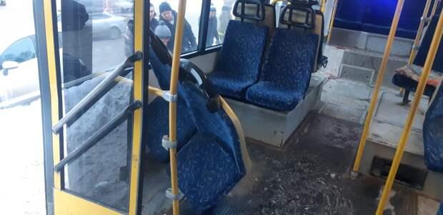 Девять человек пострадали в Ижевске при столкновении автобуса со столбом