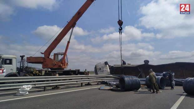 Опубликованы фото и видео с места ДТП с грузовиком на трассе «Таврида»