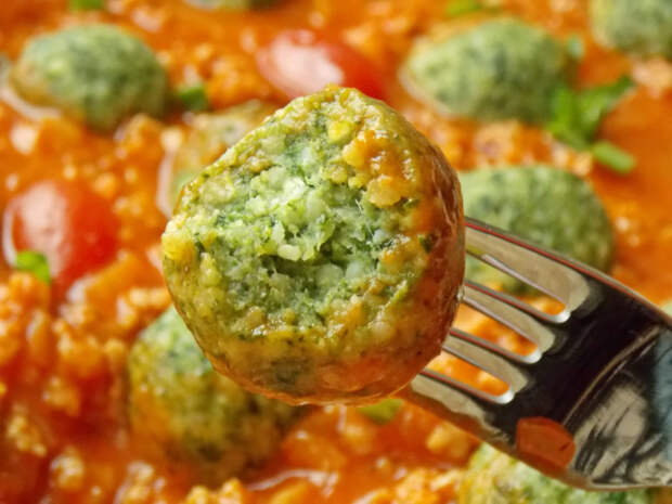 Фрикадельки из пшена и шпината в томатном соусе