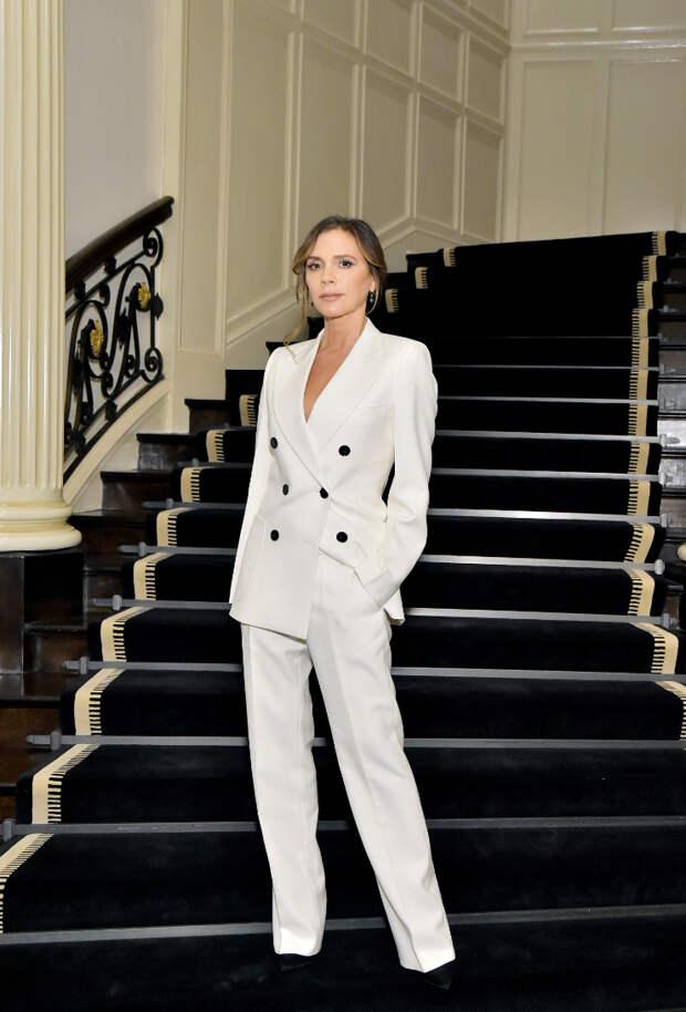 Роскошный минимализм: Виктория Бекхэм в белом брючном костюме на голое тело