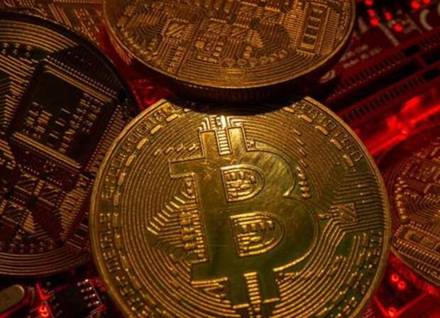 FILE PHOTO: Representations of the virtual currency Bitcoin stand on a motherboard in this picture illustration taken May 20, 2021. REUTERS/Dado Ruvic/File Photo