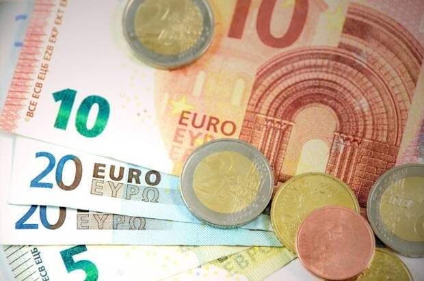 Официальный курс евро снизился на 25 копеек
