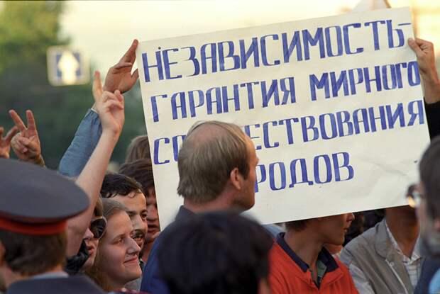 35 лет назад началась перестройка. Как желание Горбачева сделать СССР лучше разрушило страну