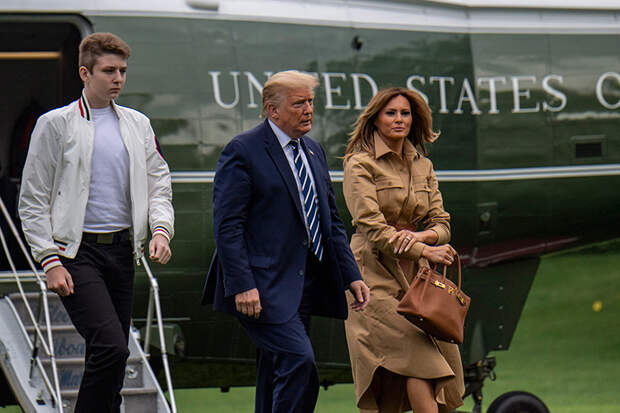 Любимый сценарий: Мелания снова отказалась подавать руку Дональду Трампу