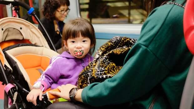 Китаевед объяснил, почему в КНР на самом деле разрешили семьям иметь третьего ребенка