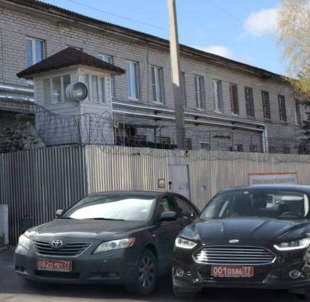 Болгарские дипломатические номера у колонии с Навальным