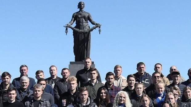 Футболисты мужской и женской команд «Зенита» посетили Пискаревский мемориал в День Победы