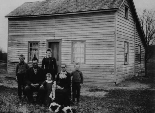 Американское семейство около своего дома