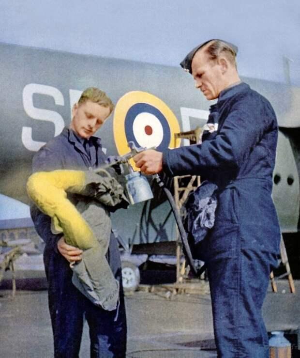 Британские техники окрашивают индивидуальную спасательную экипировку пилота в жёлтый цвет Великая отечественая война, архивные фотографии, вторая мировая война