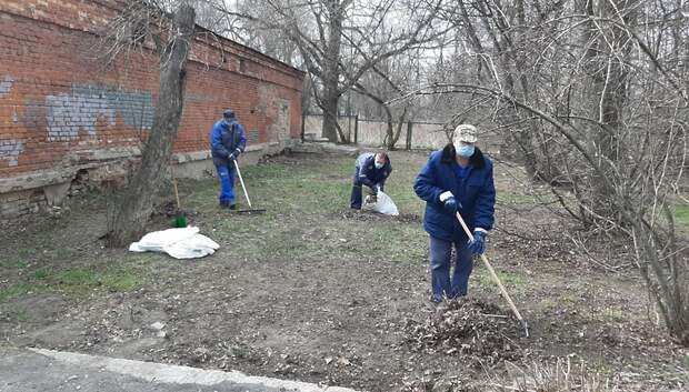 Коммунальщики очистили от мусора территорию у теплового пункта Подольска